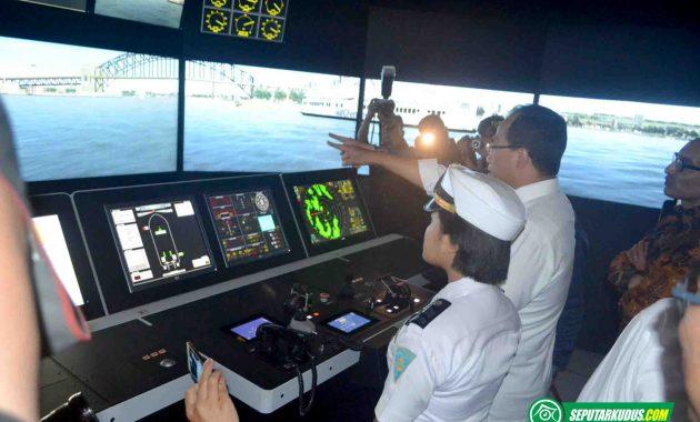 Meneteri Perhubungan melihat ruang simulasi pelayaran SMK Wisudha Karya