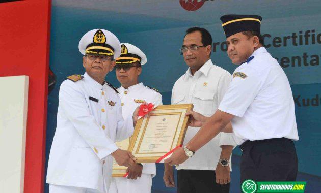 Penyerahan sertifikat pelayaran Kemenhub ke SMK Wisudha Karya