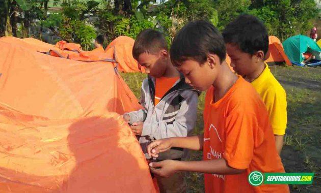 Peserta memasang tenda saat Kemah Dongeng Pendidikan 2017_5