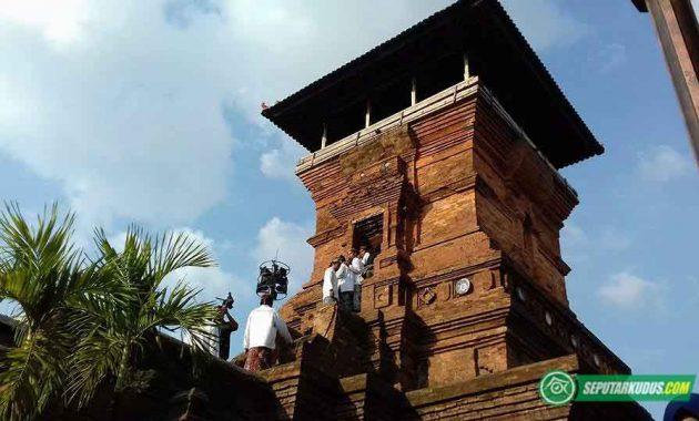 Petugas penabuh bedug menuju puncak Menara Kudus 2017_5