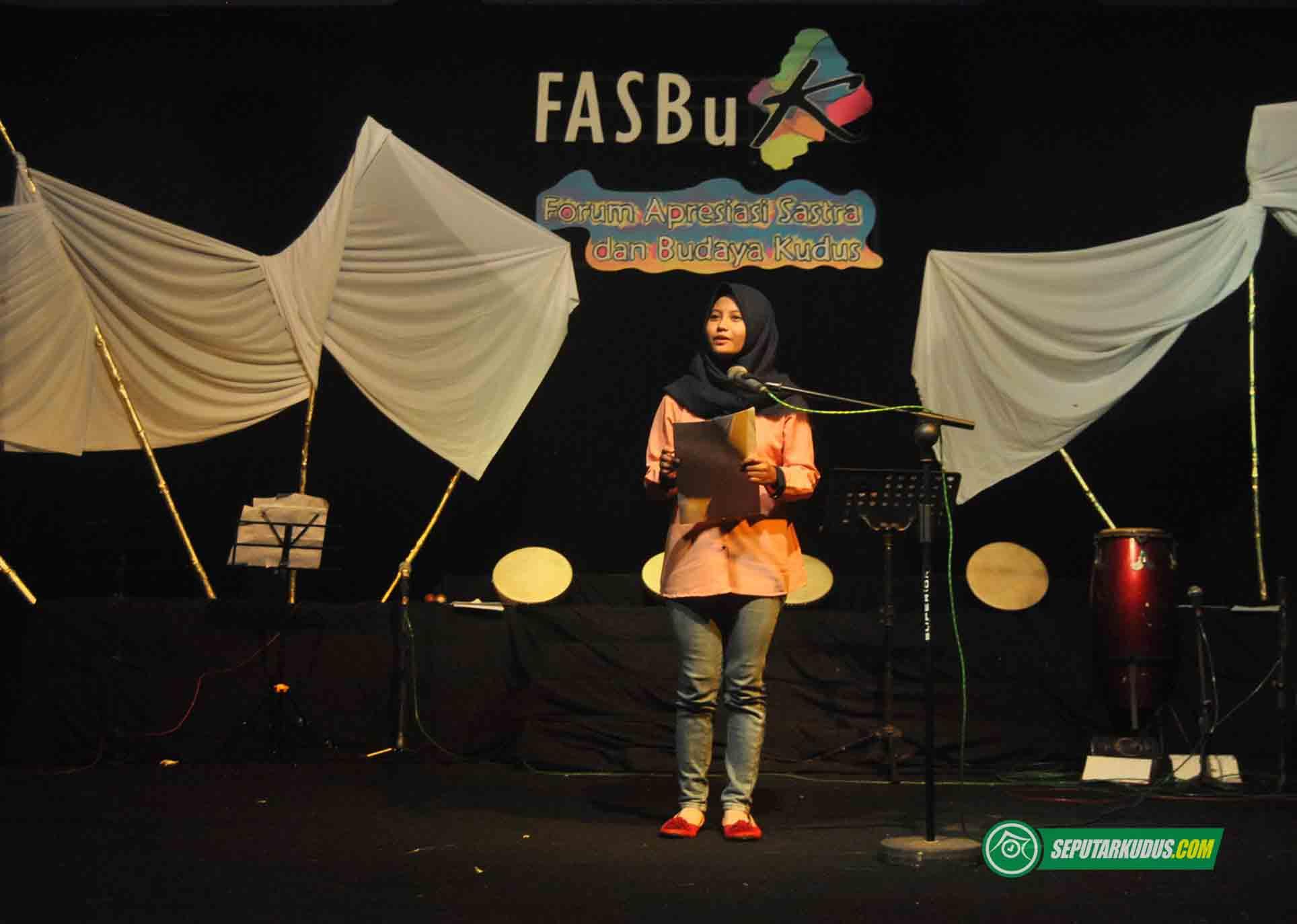 Fitriana Sari membacakan puisi pada pagelaran Fasbuk, Juni 2017_6