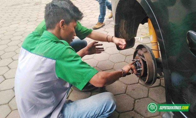 Perbaikan roda mobil milik pemudik 2017_6