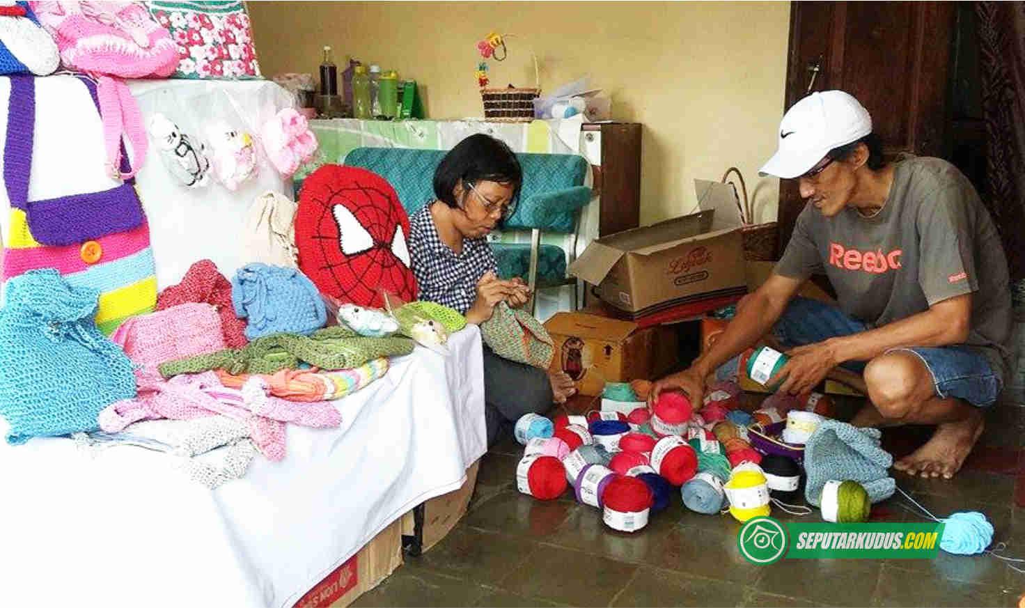 Arif Afroni bersama istri membuat produk rajutan hand made_2017_8