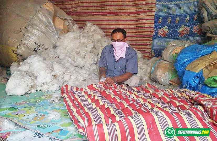 Sholikin, produsen kasur dan bantal berbahan kapuk di Desa Singocandi, Kecamatan Kota, Kudus